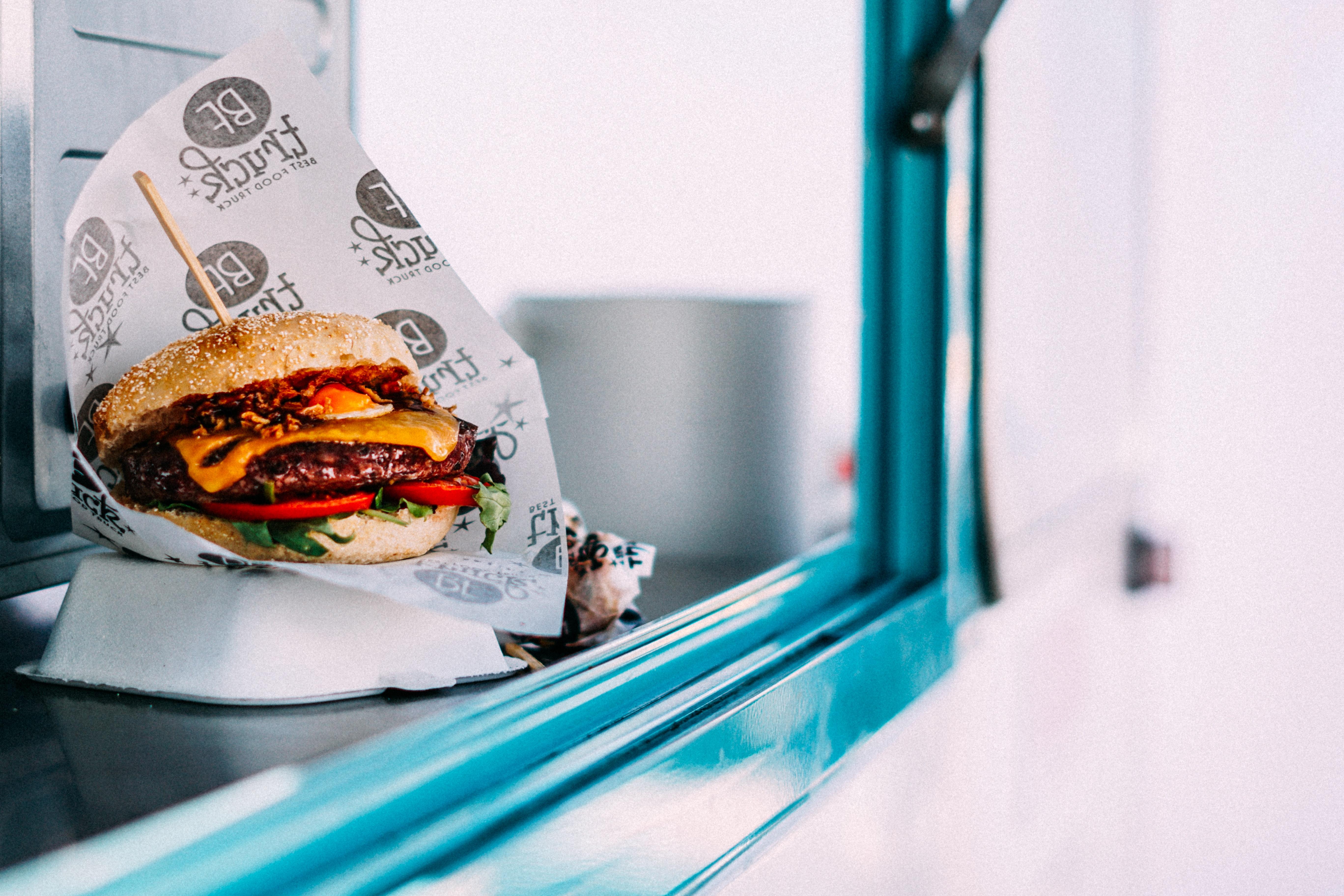 Burgare i en Food Truck